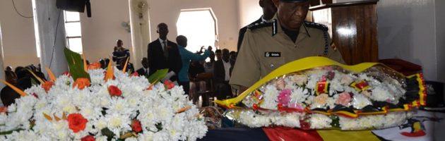 Ssabapolisi Ochola atenderezza  omugenzi Okello Wilfred Makmot.